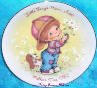 Image for Avon Mother's Day Vintage 1982 'Little Things Mean a Lot' Collector Plate <b><span style='color:red'>  *****FIRST CLASS SHIPPING INCLUDED – DOMESTIC ORDERS ONLY!*****  </span></b><span style='color:purple'>